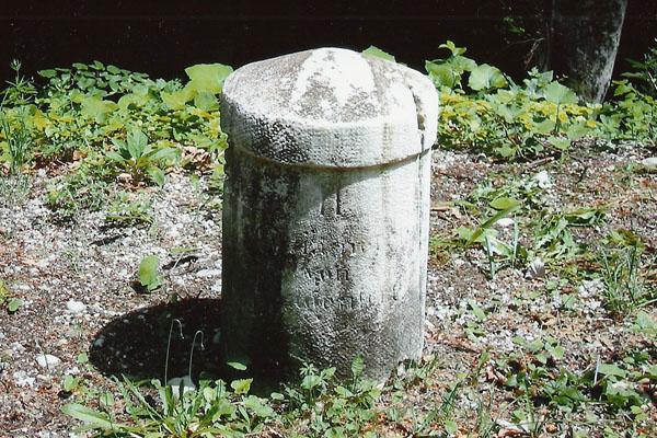 Miljni kamen avstroogrske pošte na cesti z Ljubelja proti Koroški