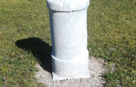 Obnovljeni miljni kamen s poštne poti Ljubljana - Kranjska Gora - Beljak (v funkciji med 1820 - 1860)